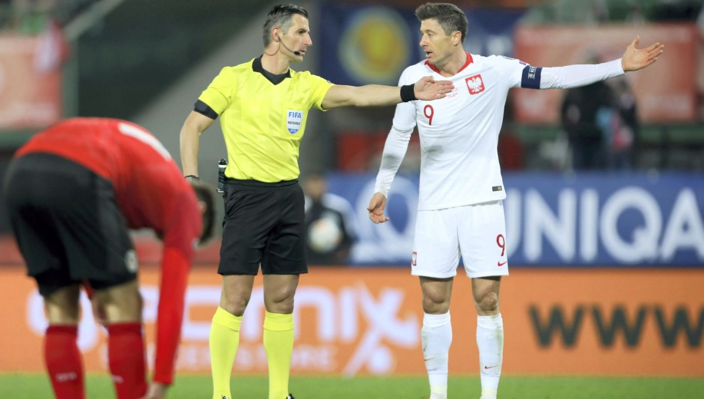 Sędzia Anastasios Sidiropoulos i Robert Lewandowski podczas meczu Austria – Polska (fot. PAP/Leszek Szymański)