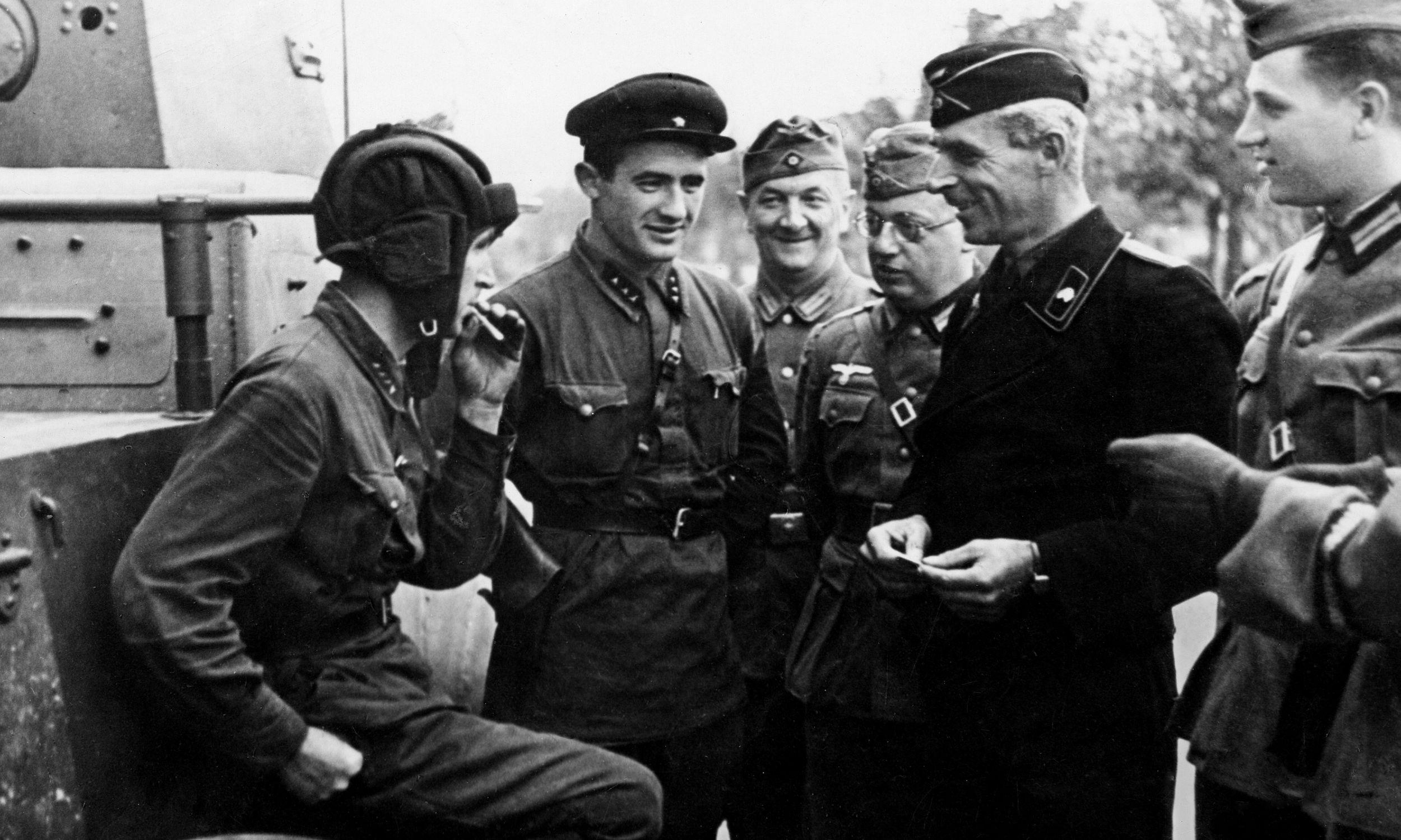 Wrzesień 1939 roku, po agresji ZSRR na Polskę. Niemieccy i radzieccy żołnierze rozmawiają w jednym z okupowanych  polskich miast. Fot. Ullstein Bild via Getty Images