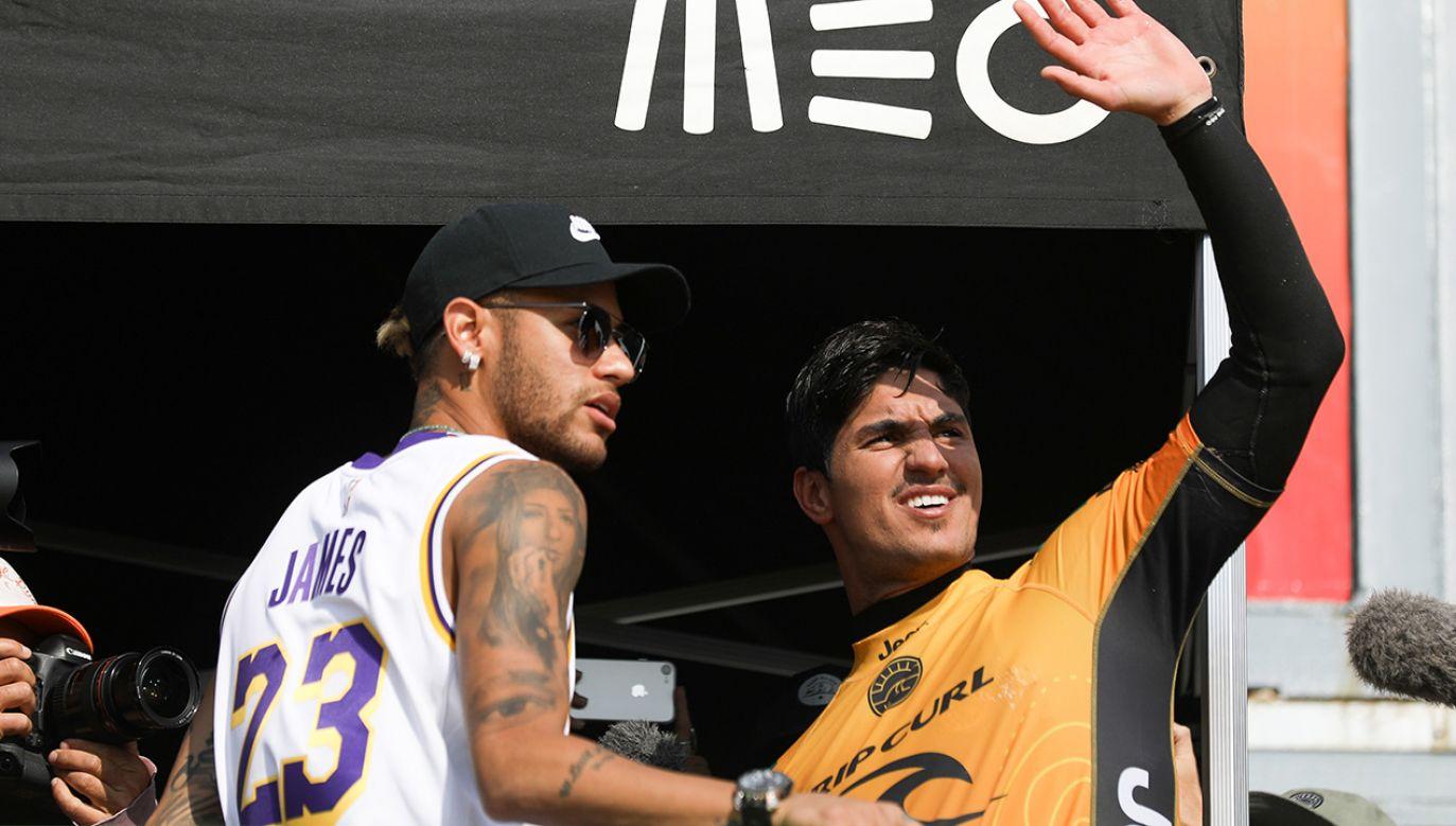 Gwiazda piłki nożnej, Brazylijczyk Nejmar wspierał swojego rodaka Gabriela Medinę podczas zawodów Pucharu Świata w surfingu  (fot. PAP/EPA/JOSE SENA GOULAO)