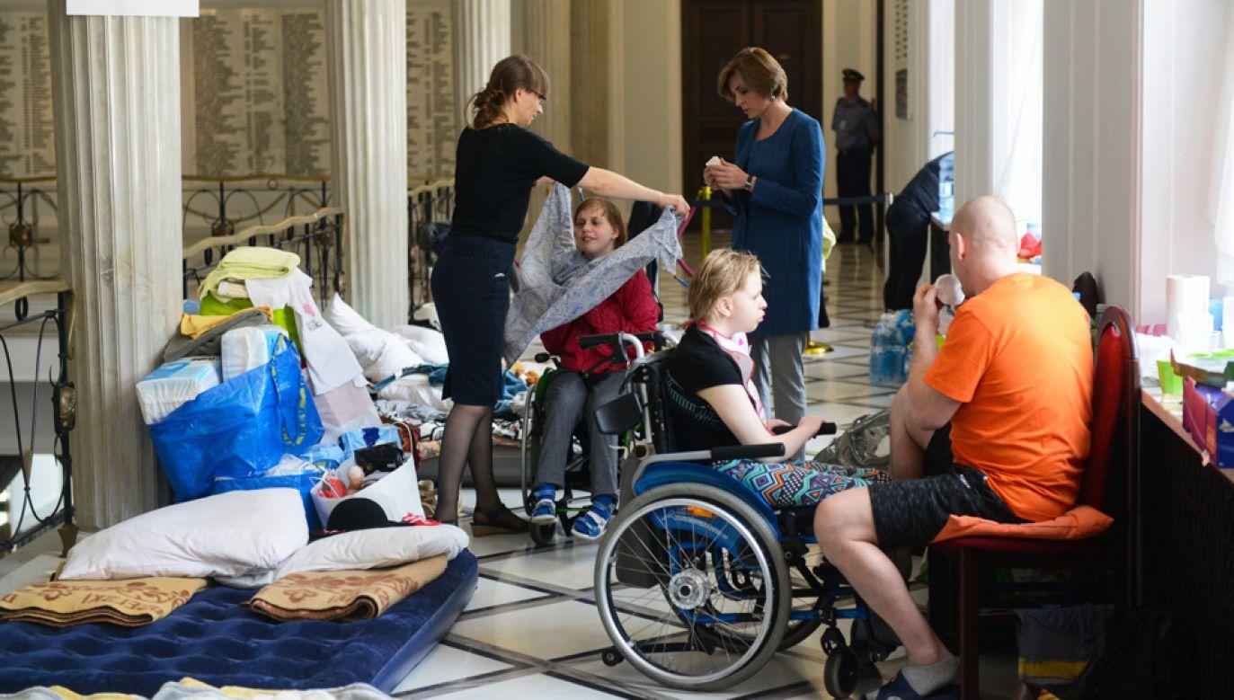 Rodzice domagają się m.in. wprowadzenia dodatku rehabilitacyjnego dla dorosłych osób niepełnosprawnych (fot. PAP/Tomasz Gzell)
