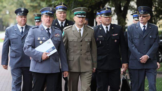 Związkowcy służb mundurowych gotowi są przystać na 25-letni okres pracy przed emeryturą (fot. arch. PAP/Leszek Szymański)