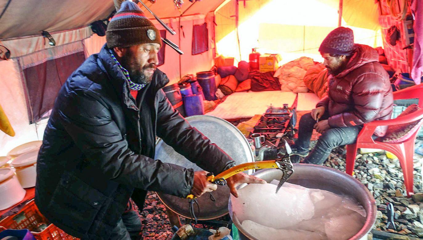 Baza zimowej wyprawy narodowej na niezdobyty zimą szczyt w Karakorum K2. Pakistańscy kucharze przygotowują wodę z lodu (fot. PAP/Narodowa Zimowa Wyprawa na K2)