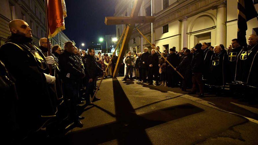 Kilkumetrowy krzyż niosą  m.in. biskupi i księża, siostry zakonne, studenci i straż miejska (fot. arch. PAP/Bartłomiej Zborowski)