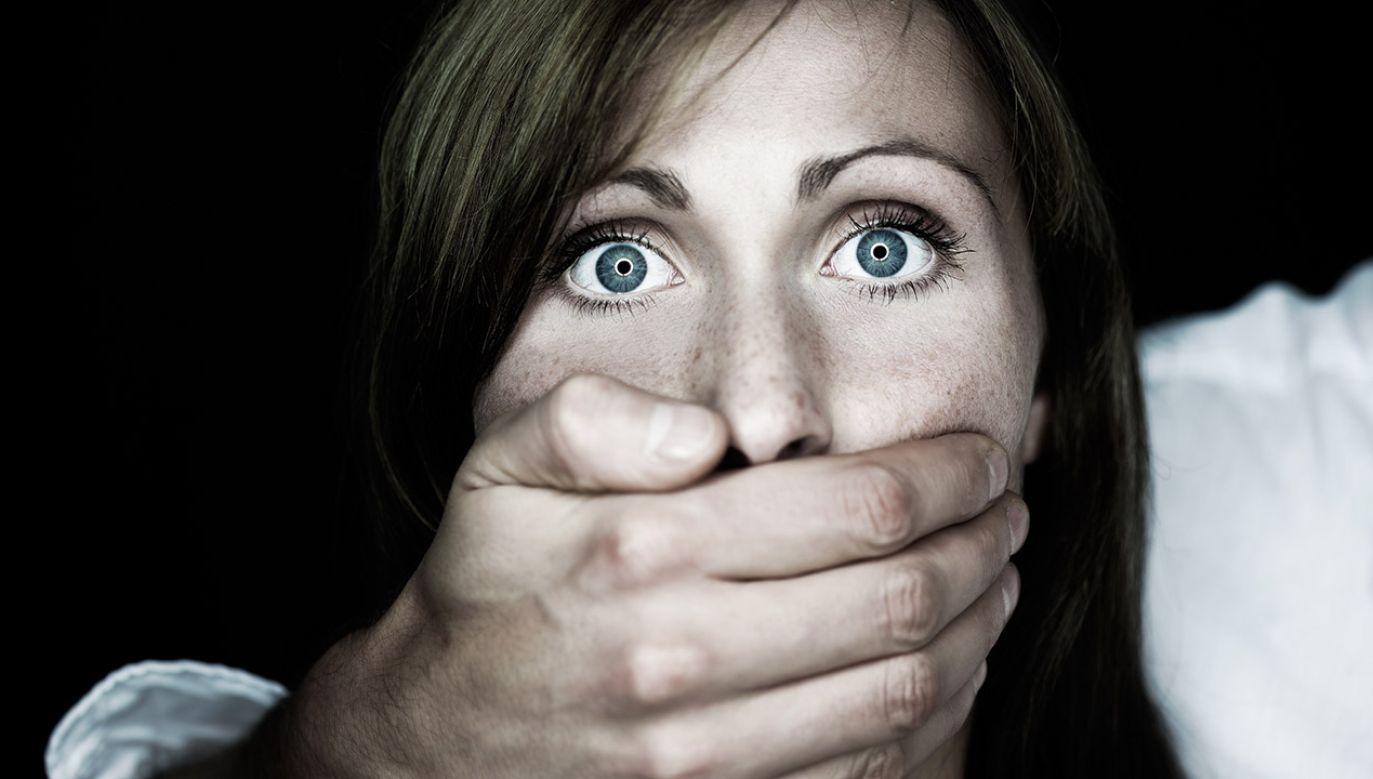 Sprawca groził kobietom nożem, który przykładał do ich szyi (fot. Shutterstock/altafulla, zdjęcie ilustracyjne)