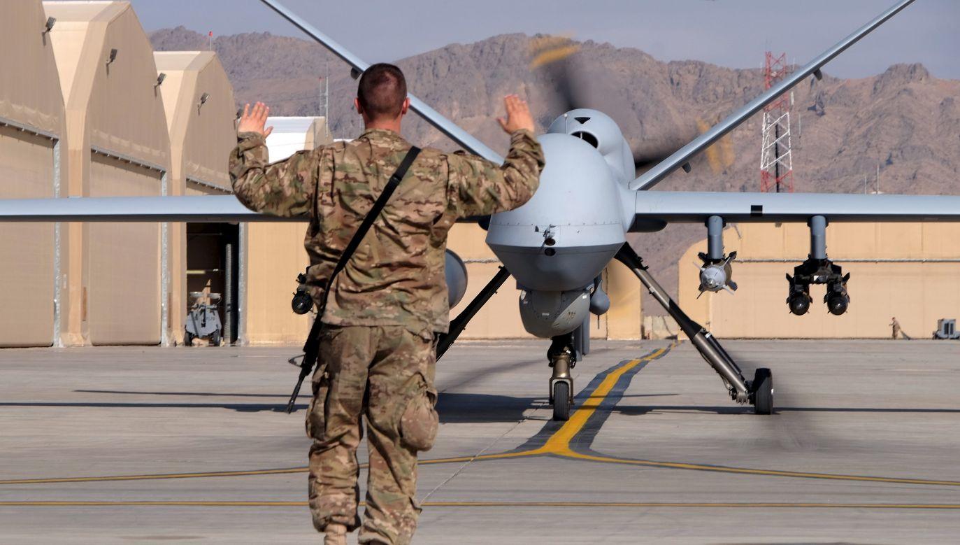 """Lotnik USA prowadzi MQ-9, amerykański amerykański bezzałogowy bojowy aparat latający (UCAV - Unmanned Combat Aerial Vehicle). To pierwszy """"myśliwy - zabójca"""" (ang. hunter - killer), większy i lepiej wyposażony samolot niż wcześniejszy MQ-1 Predator. Na zdjęciu: kołuje na pas startowy na lotnisku Kandahar w Afganistanie, 9 marca 2016 r. Fot. REUTERS/Josh Smith"""