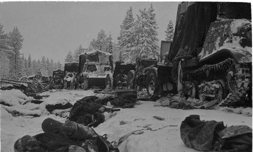 Czołgi sowieckie po bitwie na drodze Raate, styczeń 1940. Finowie całkowicie rozbili w tym miejscu 44. Dywizję Strzelecką Armii Czerwonej. Fot. Wikimedia Commons/https://finna.fi/Record/sa-kuva.sa-kuva-105710, Finnish Wartime Photograph Archive (SA-Kuva), Domena publiczna