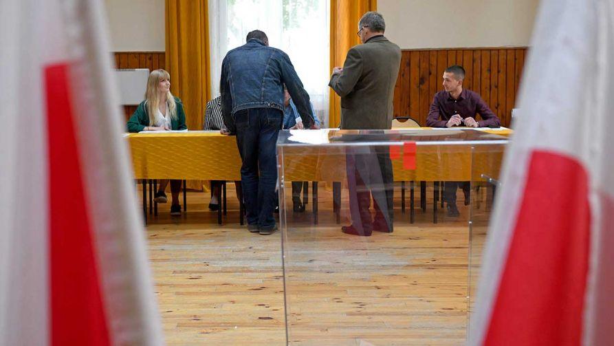 Najwięcej z incydentów dotyczyło przypadków usuwania i uszkadzania ogłoszeń (fot. PAP/Darek Delmanowicz)