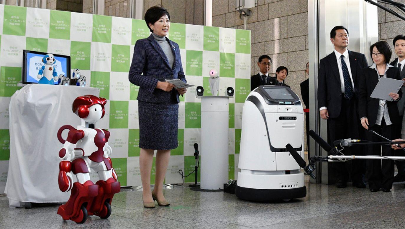Gubernator Tokio Yuriko Koike wdała się w rozmowę z robotami (fot. PAP/EPA/FRANCK ROBICHON)