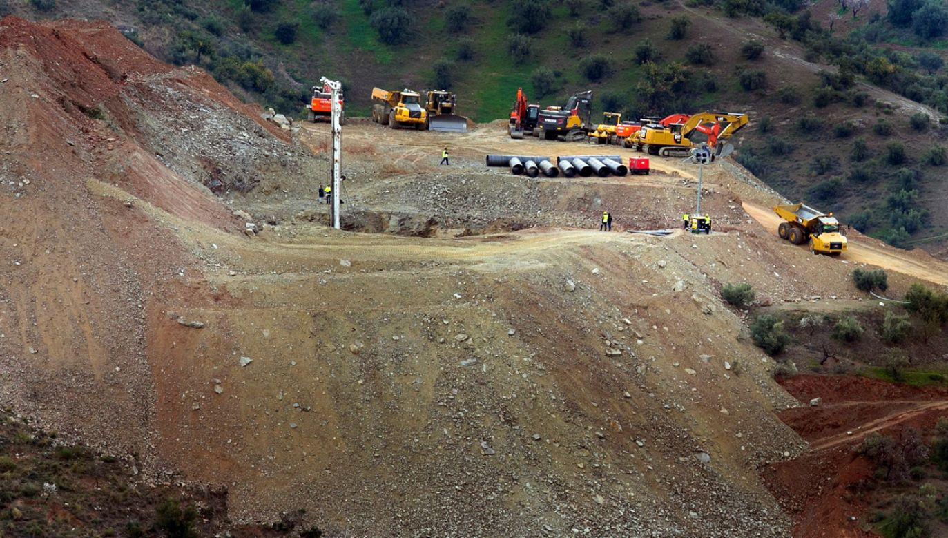 Ciężki sprzęt będzie wykorzystywany przez ratowników do niedzielnego wieczora (fot. PAP/EPA/Alvaro Cabrera)