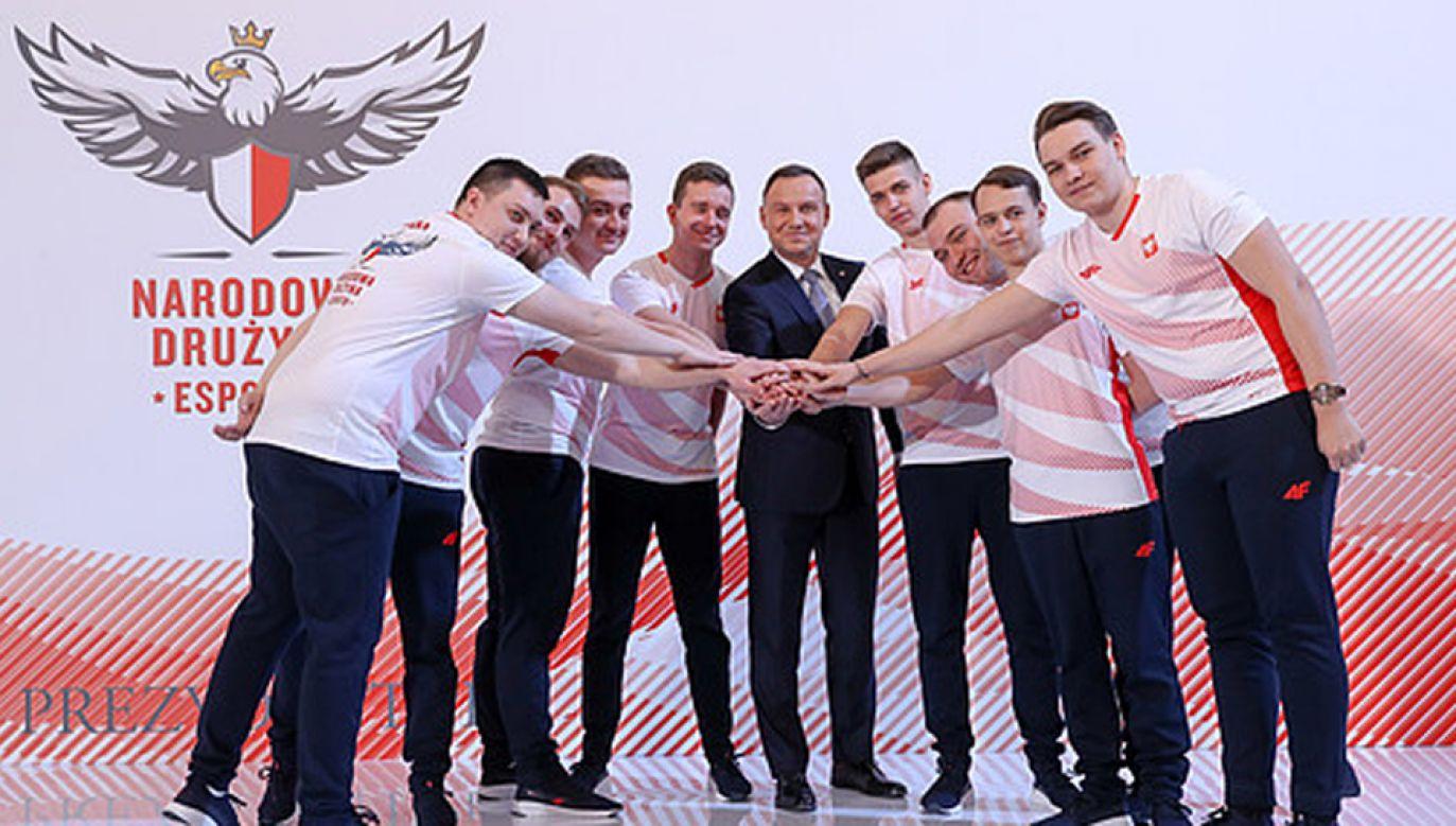Andrzej Duda spotkał się z zawodnikami Narodowej Drużyny Esportu w grę FIFA (fot. KPRP/Krzysztof Sitkowski)