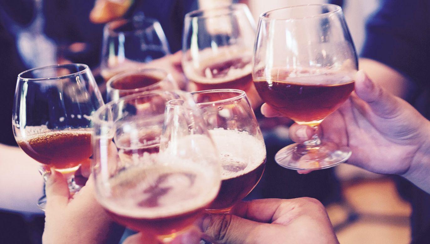 Do urzędu miasta często docierały skargi mieszkańców na agresywne zachowanie spożywających alkohol w okolicach sklepów i stacji benzynowych (fot. Pixabay/Free-Photos)