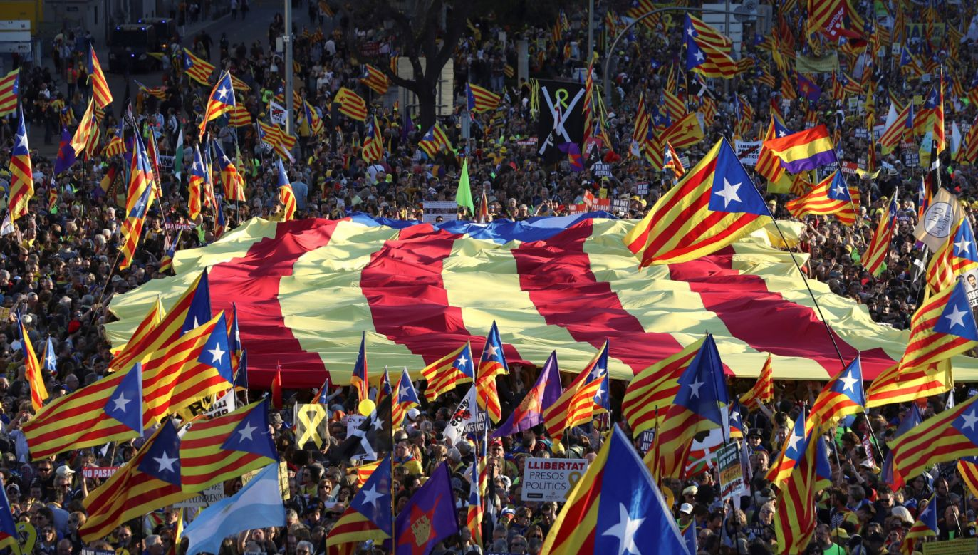 Protestujący domagali się uwolnienia sądzonych polityków i zorganizowania referendum niepodległościowego (fot. PAP/EPA/J.J GUILLEN)