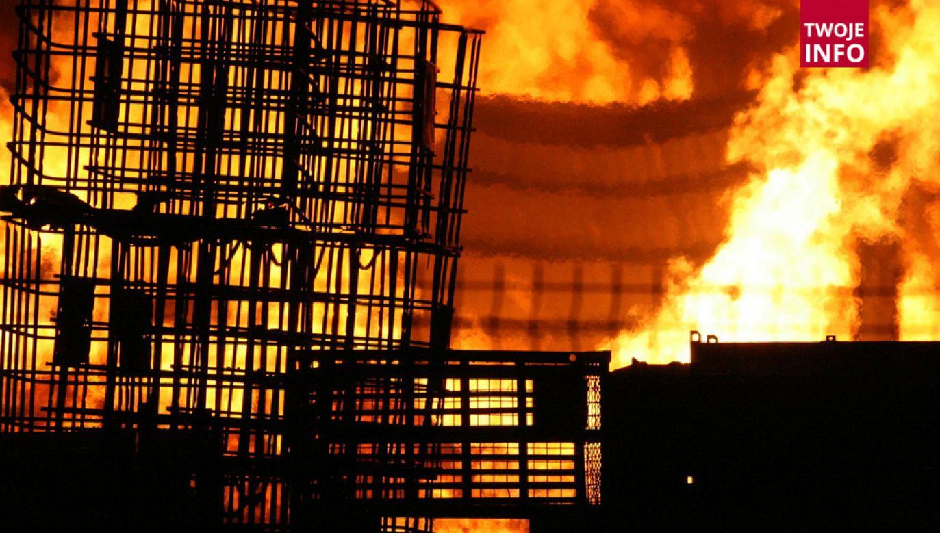Płomienie objęły całą halę magazynową (fot. Flickr/Arcadiuš)