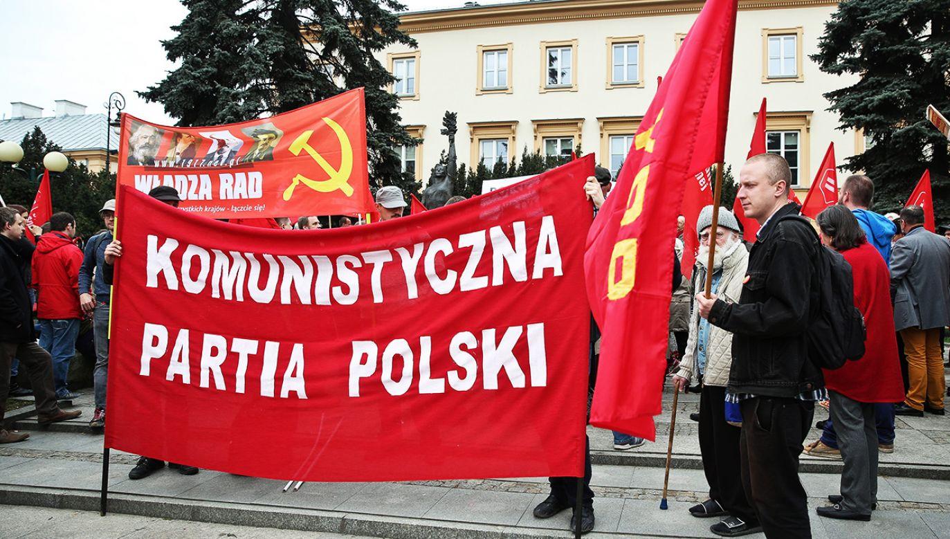 Według prof. Jana Żaryna organizacje promujące zakazane symbole nie powinny mieć prawa do swobodnego funkcjonowania (fot. arch.PAP/Rafał Guz)