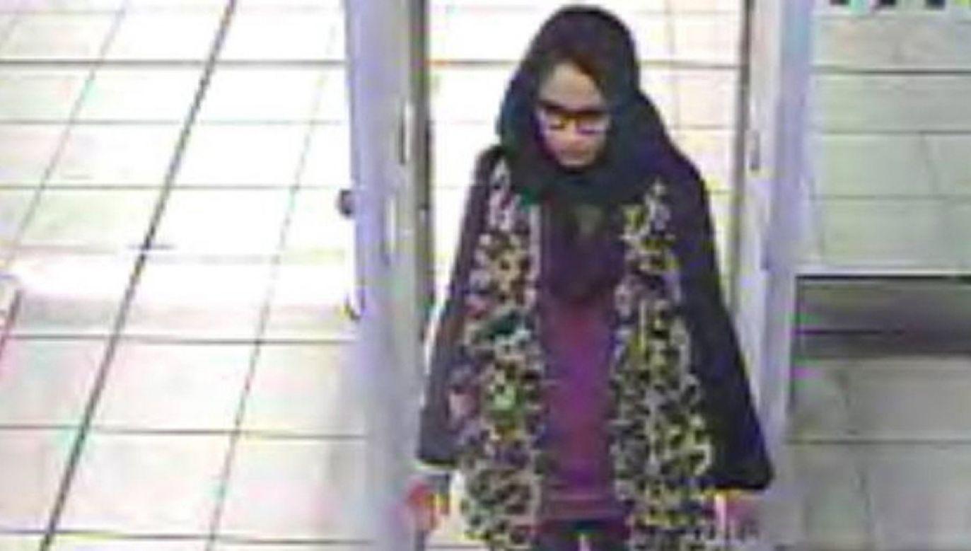 Shamima Begum na lotnisku Gatwick w południowej Anglii, 17 lutego 2015 r. (fot. zdjęcie: PAP/London Metropolitan Police Service)