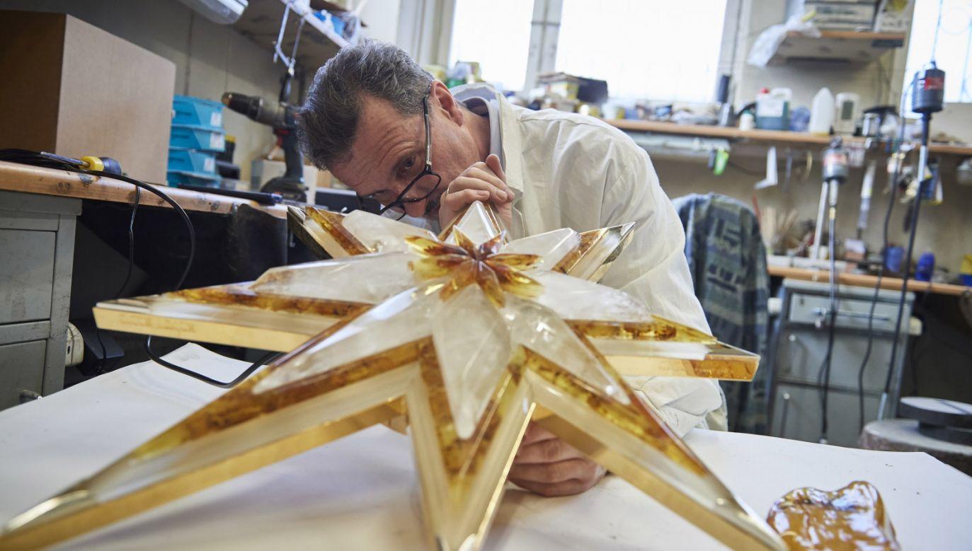 Gwiazda powstała w pracowni gdańskiego bursztynnika Mariusza Drapikowskiego (fot. PAP/Adam Warżawa)