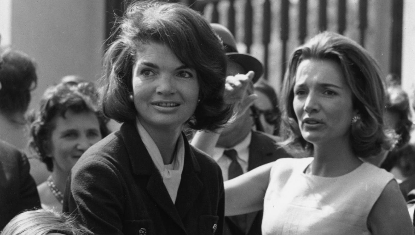 Siostry Jaqueline (L) i Caroline w maju 1965 roku (fot. Albert McCabe/Express/Getty Images)