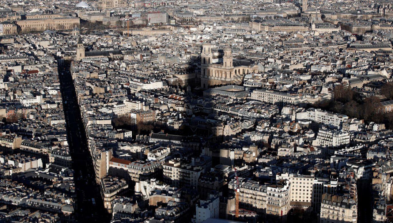 Cień Wieży Montparnasse pada na kościół Kościół św. Sulpicjusza w Paryżu (fot. PAP/REUTERS/Benoit Tessier)