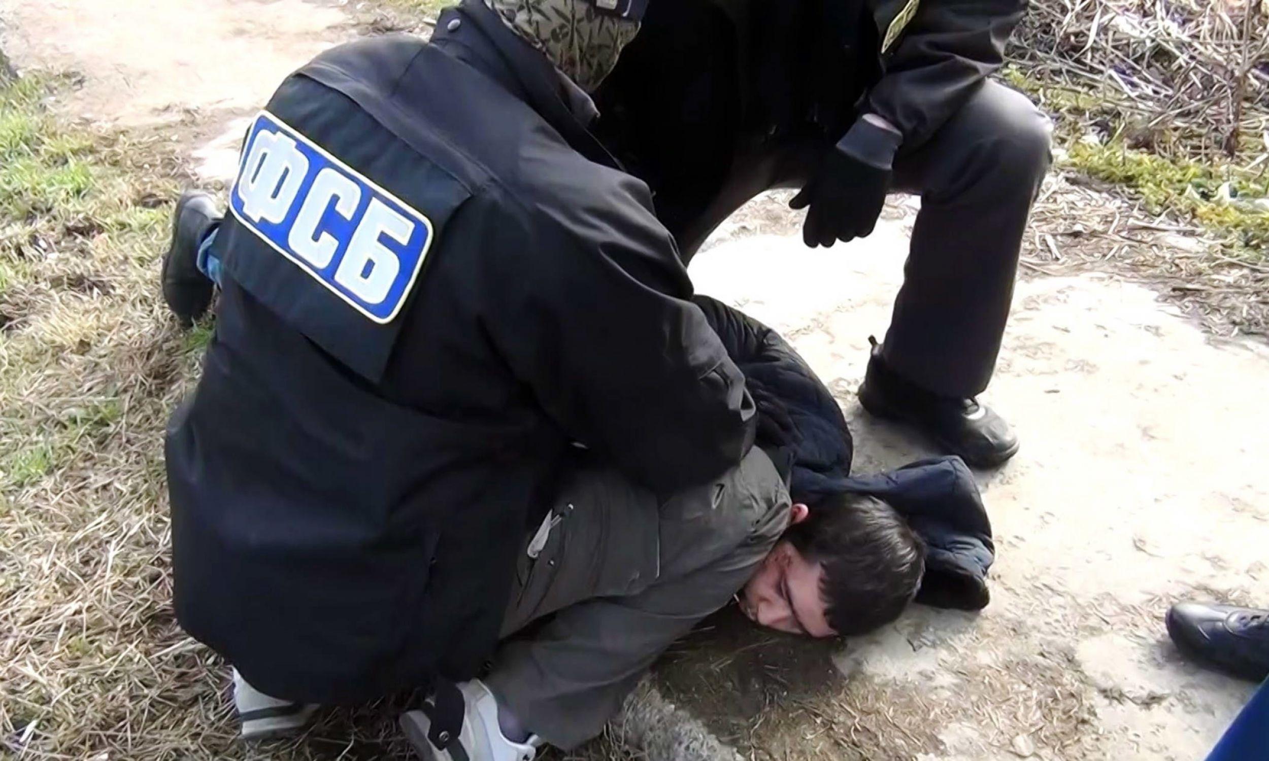 Rosja, 17 kwietnia 2017roku. Pokazowe zatrzymanie Abrora Azimowa, podejrzanego o udział w zamachu bombowym z 3 kwietnia w Petersburgu.  Fot. PAP / Centrum Public Relations FSB / ITAR-TASS.