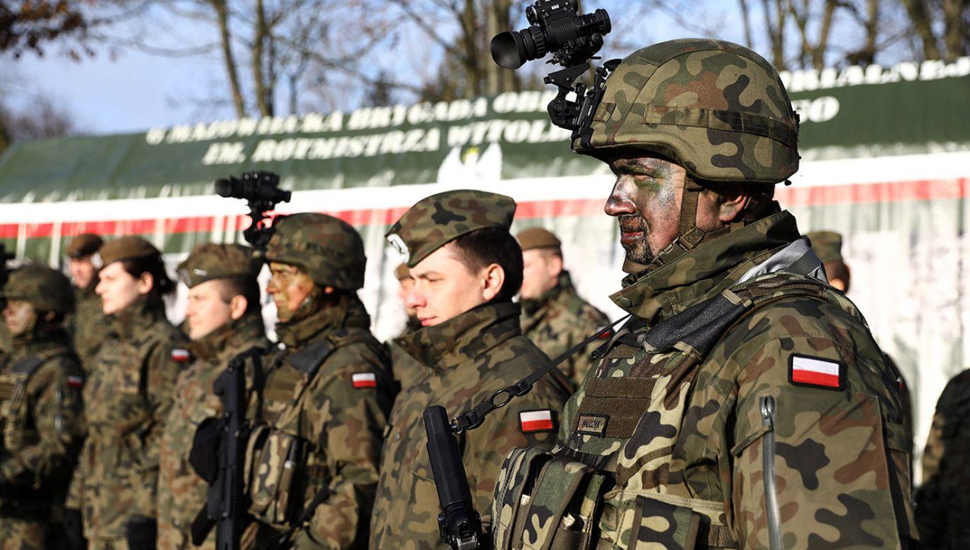 Żołnierze OT podczas uroczystości przekazania lekkich moździerzy piechoty dla Wojsk Obrony Terytorialnej (fot. PAP/Rafał Guz)
