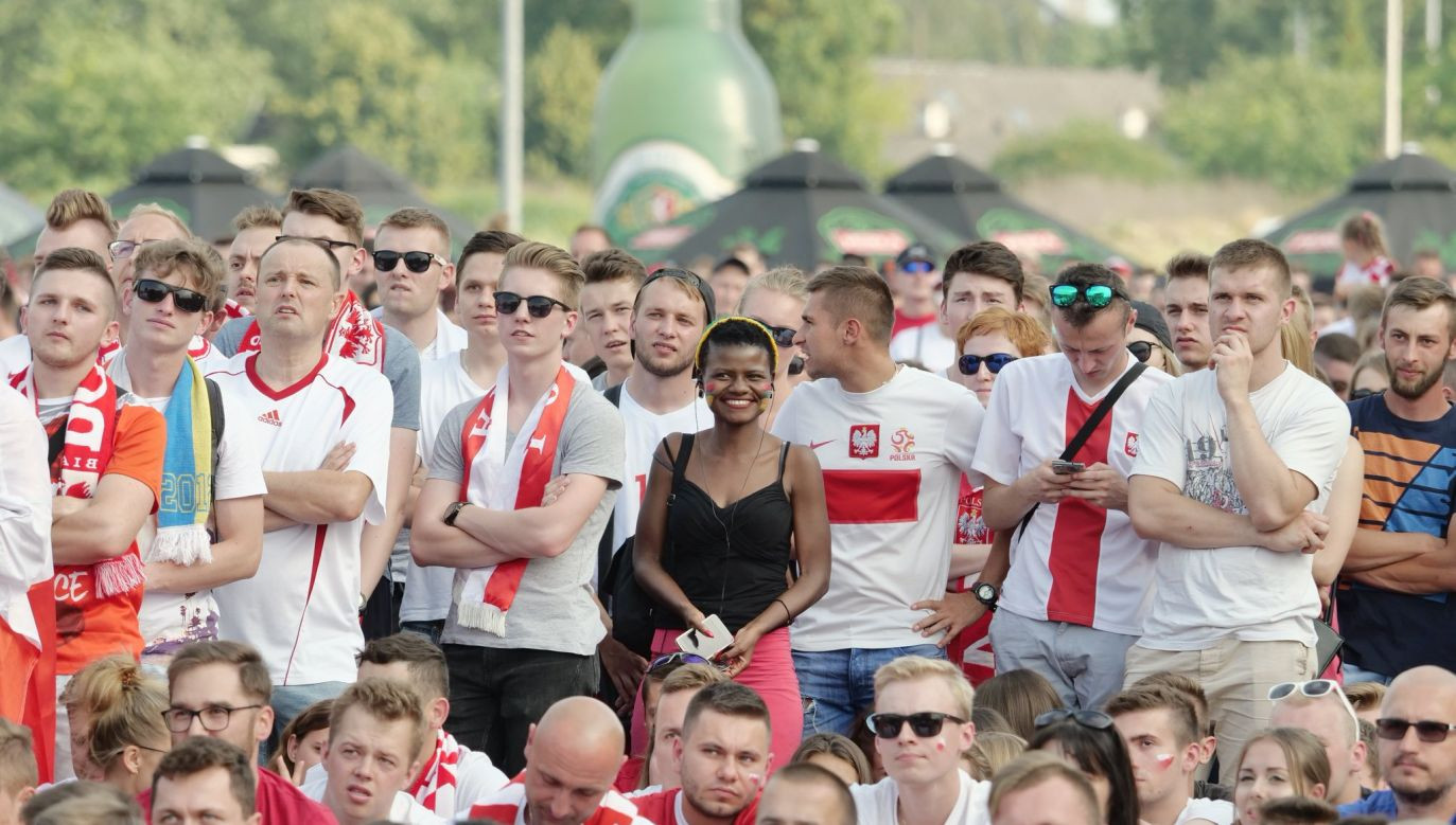 Zendaya Sithole, Senegalese supporter standing among Polish soccer fans during Senegal-Poland match. Photo: twitter.com/DziennikLublin / Maciej Kaczanowski