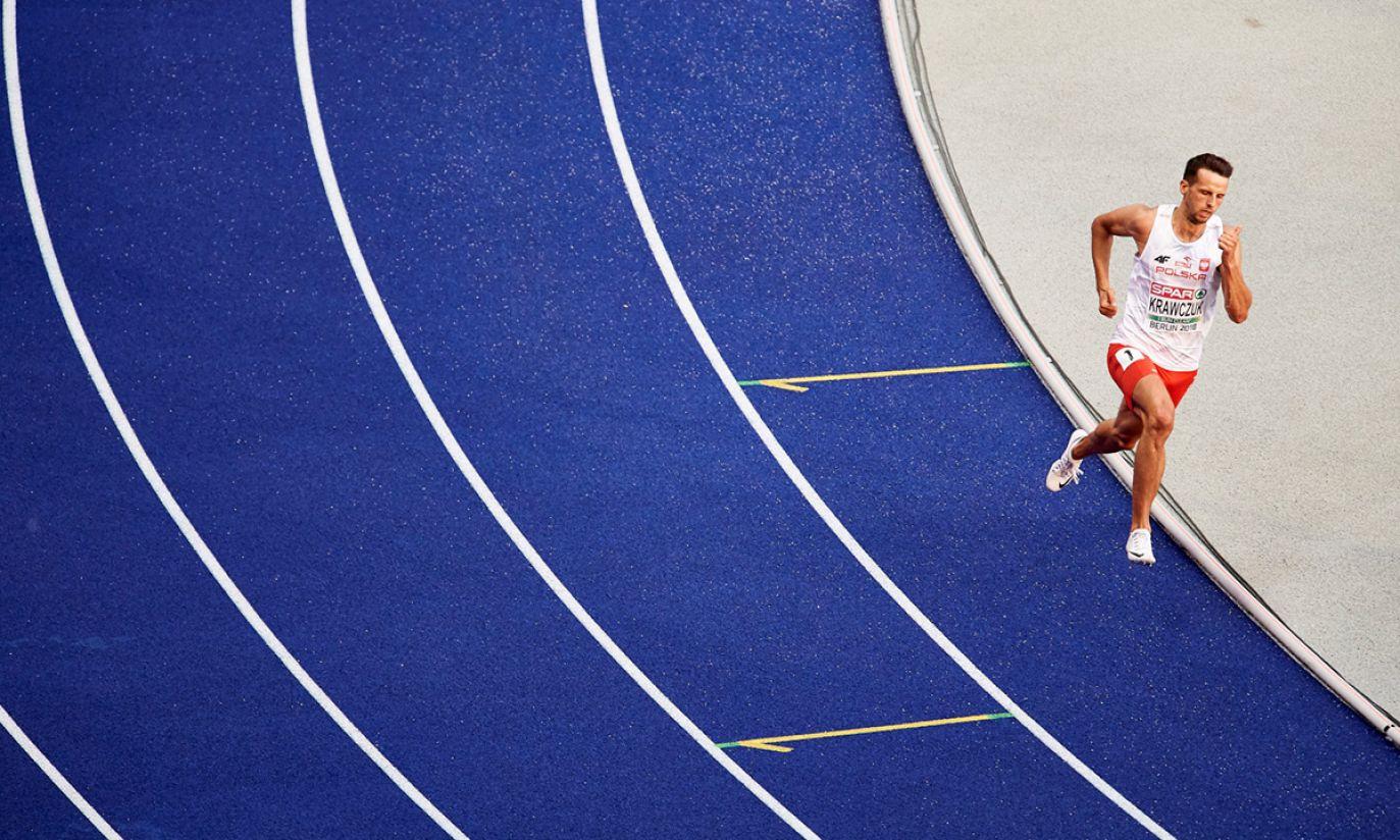 Łukasz Krawczuk w półfinałowym biegu na 400 m (fot. PAP/Adam Warżawa)