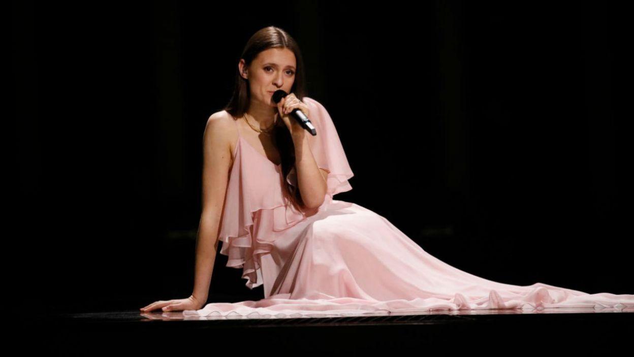 """Jako kolejna na scenie pojawiła się Ieva Zasimauskaitė. Reprezentantka Litwy zaśpiewała emocjonalną balladę """"When We'are Old"""" (fot. Andreas Putting/eurovision.tv)"""
