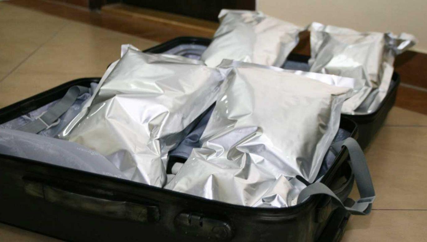 Przemytnik nie starał się maskować nielegalnego towaru. W walizce oprócz niego były tylko klapki (fot. lubelska.policja.gov.pl)