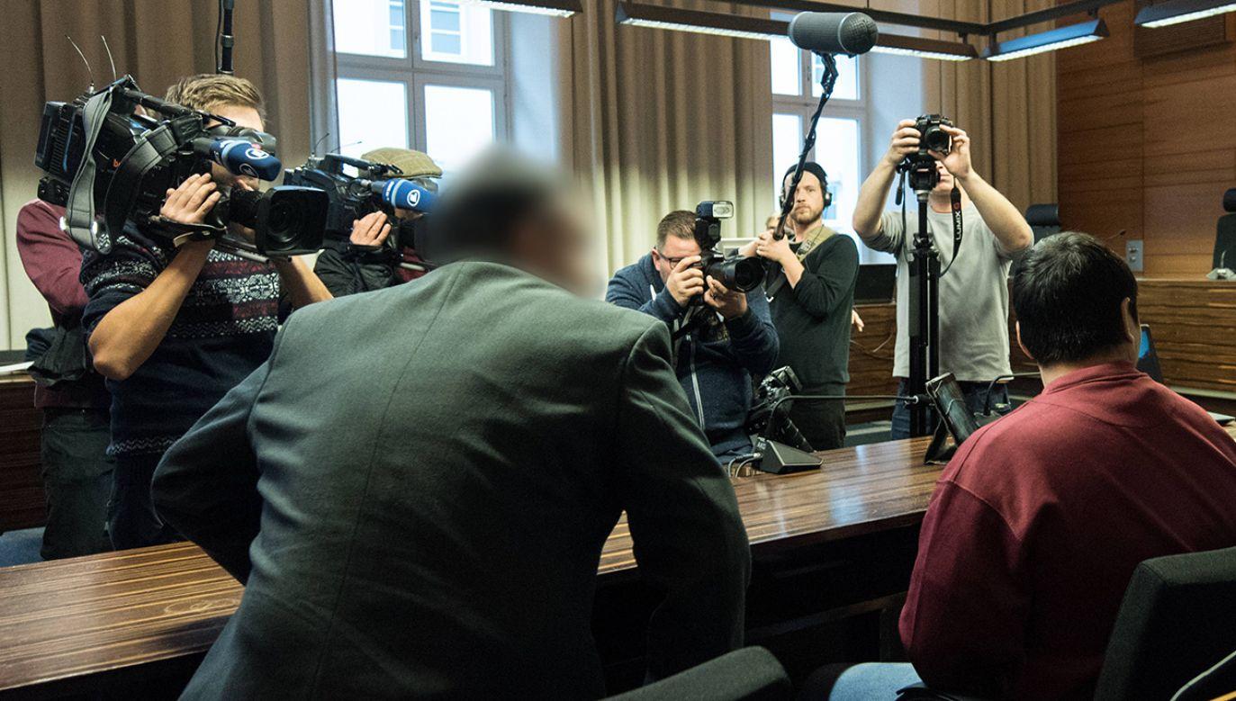 Hussein K. siedzący obok tłumacza w sali rozpraw sądu okręgowego we Fryburgu, Niemcy (fot. PAP/EPA/PATRICK SEEGER)