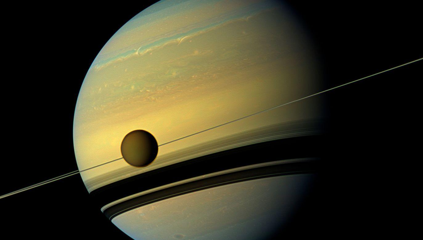 Tytan, największy z księżyców Saturna, sfotografowany przez Cassini, sondę NASA (fot. REUTERS/ NASA/JPL-Caltech)