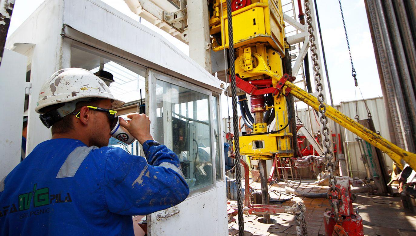 Pracownik obserwuje proces wiercenia w obiekcie szczelinowania gazu łupkowego prowadzonym przez polską firmę PKN Orlen (fot. REUTERS/Peter Andrews)