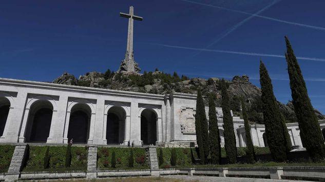 Mauzoleum i bazylika Valle de los Caidos (dolina poległych), które służy jako grobowiec dla byłego dyktatora Francisco Franco i gdzie pochowanych jest ponad 30 000 bojowników z obu stron wojny domowej w San Lorenzo de El Escorial (fot. REUTERS/Susana Vera)