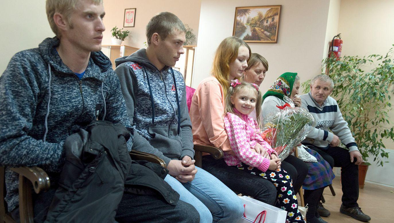 Siedmioosobowa rodzina, która przyjechała do Polski z Kazachstanu (fot. arch.PAP/Grzegorz Michałowski)