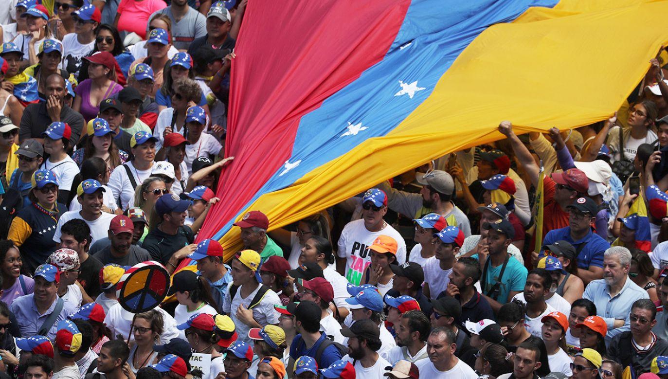 """Przewodniczący wenezuelskiego parlamentu, lider opozycji Juan Guaido powiedział niedawno, że nie chce zbrojnej interwencji USA i zapewnił też, że nie jest """"marionetką"""" Amerykanów (fot. PAP/EPA/Miguel Gutierrez)"""