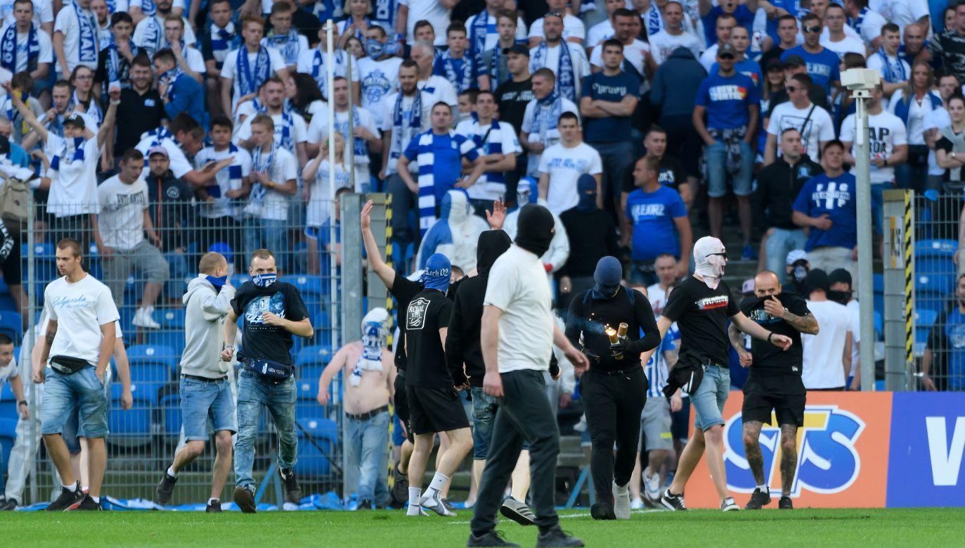 Mecz został przerwany przez agresywne zachowanie kibiców Lecha (fot. PAP/Jakub Kaczmarczyk)