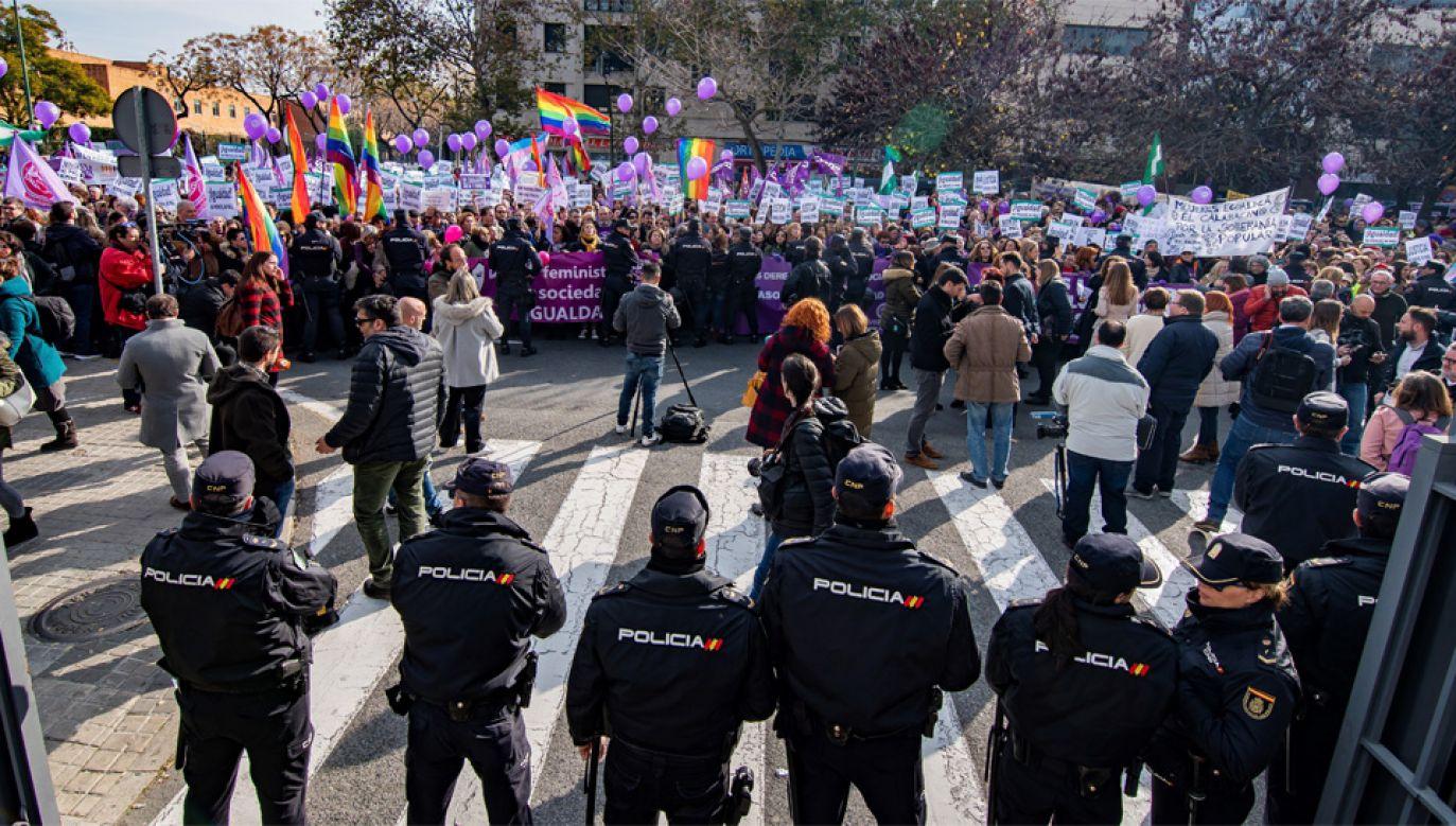 Przeciwko partii Vox protestują m.in. feministki (fot. PAP/EPA/Raul Caro)