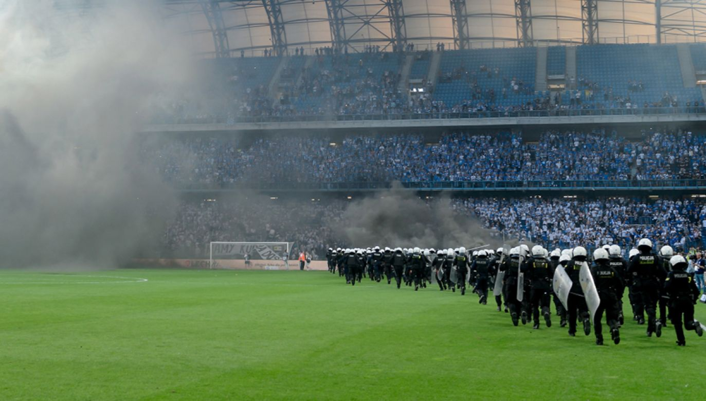 Interwencja policji podczas meczu   (fot. PAP/Jakub Kaczmarczyk)