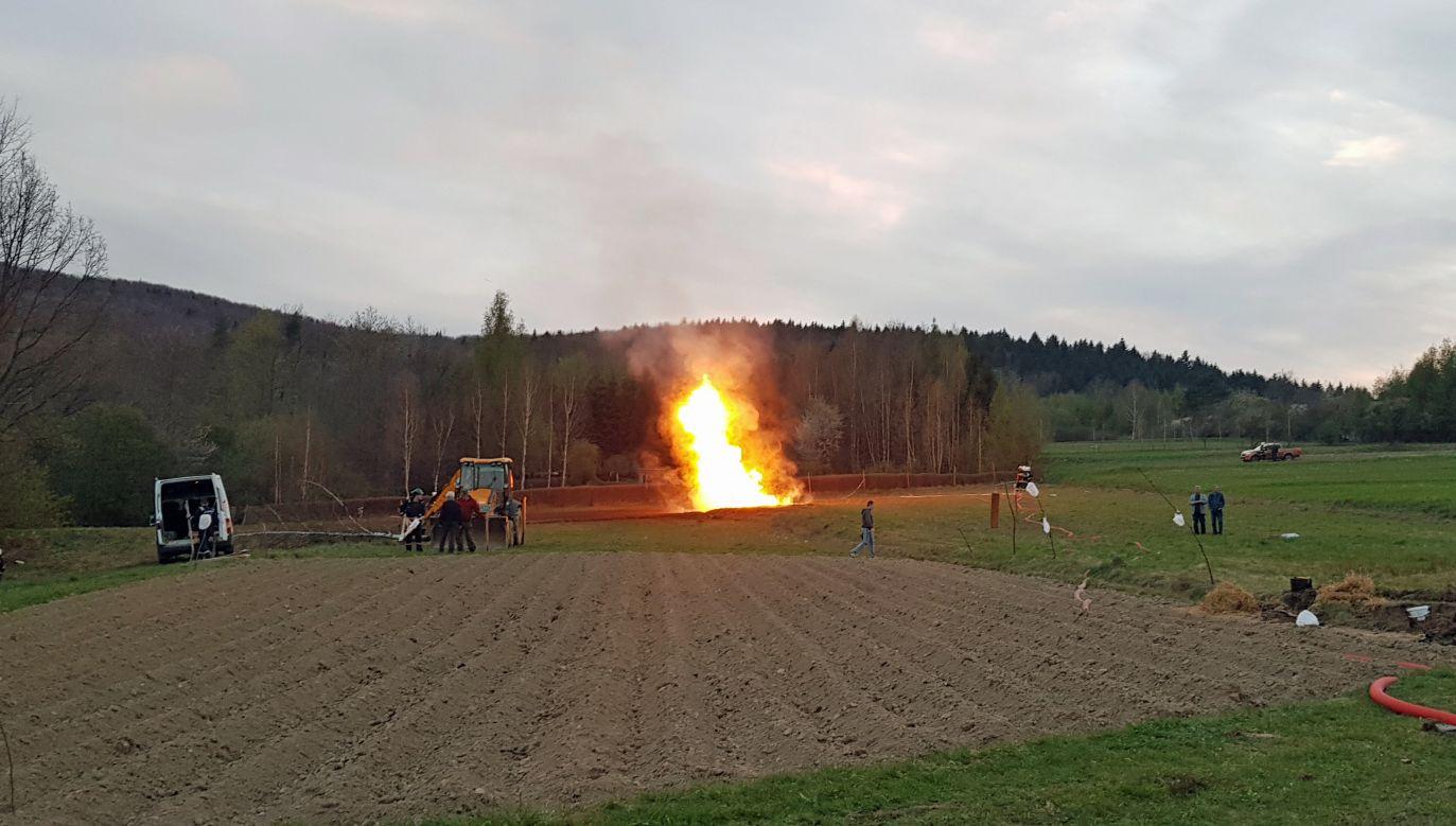 Eksperci podpalili ulatniający się gaz (fot. Komenda Powiatowa PSP w Gorlicach)
