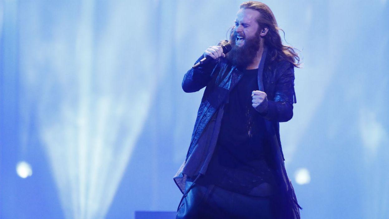 """Na eurowizyjnej scenie nie mogło zabraknąć mocniejszych brzmień. Wielu widzów czekało na występ reprezentanta Danii. Jak wypadł Rasmussen i """"Higher Ground""""?(fot. Andreas Putting/eurovision.tv)"""