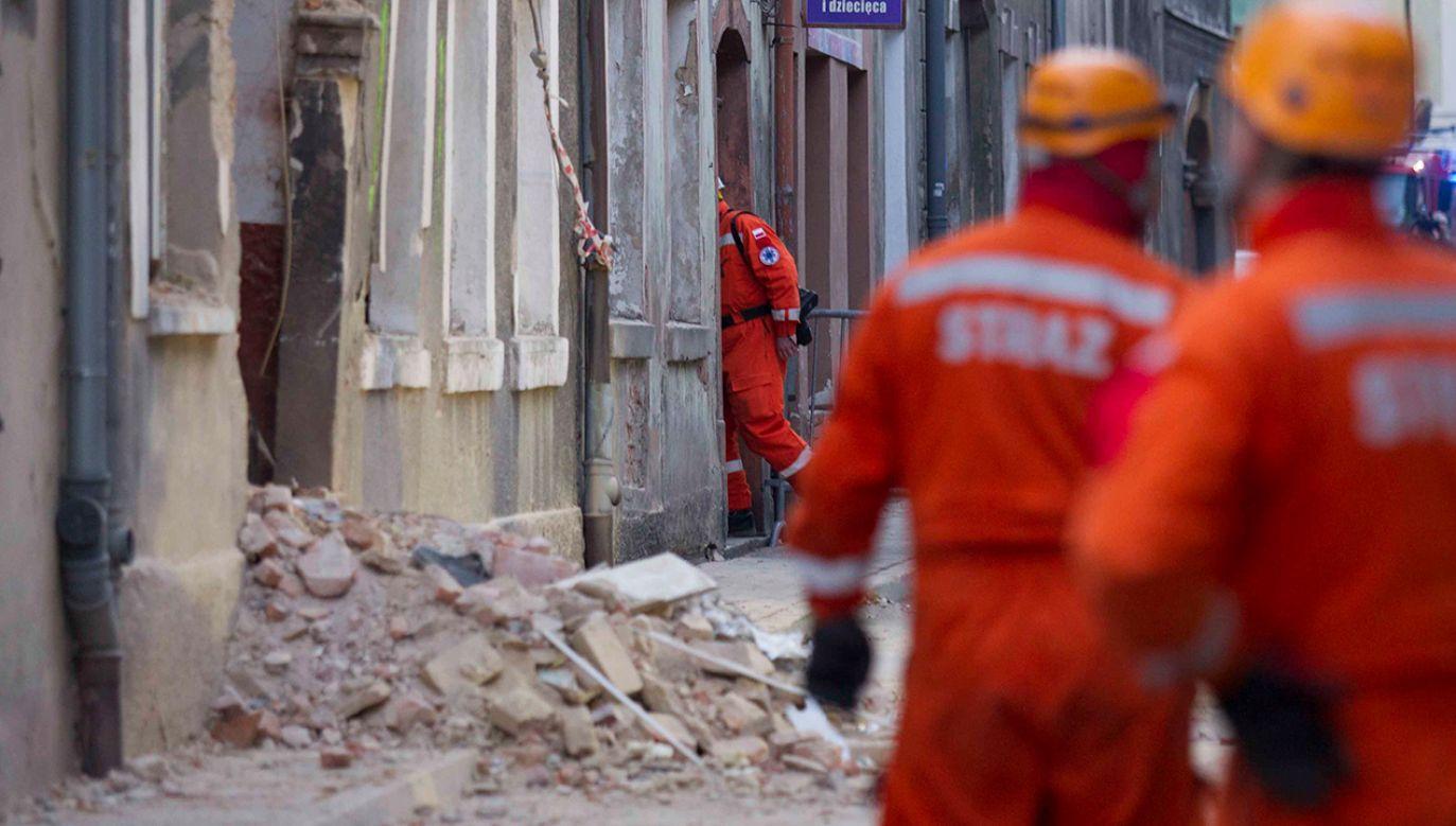 Nie wiadomo, co się dzieje z trzeba osobami, które są mieszkańcami tej kamienicy (fot. PAP/Aleksander Koźmiński)