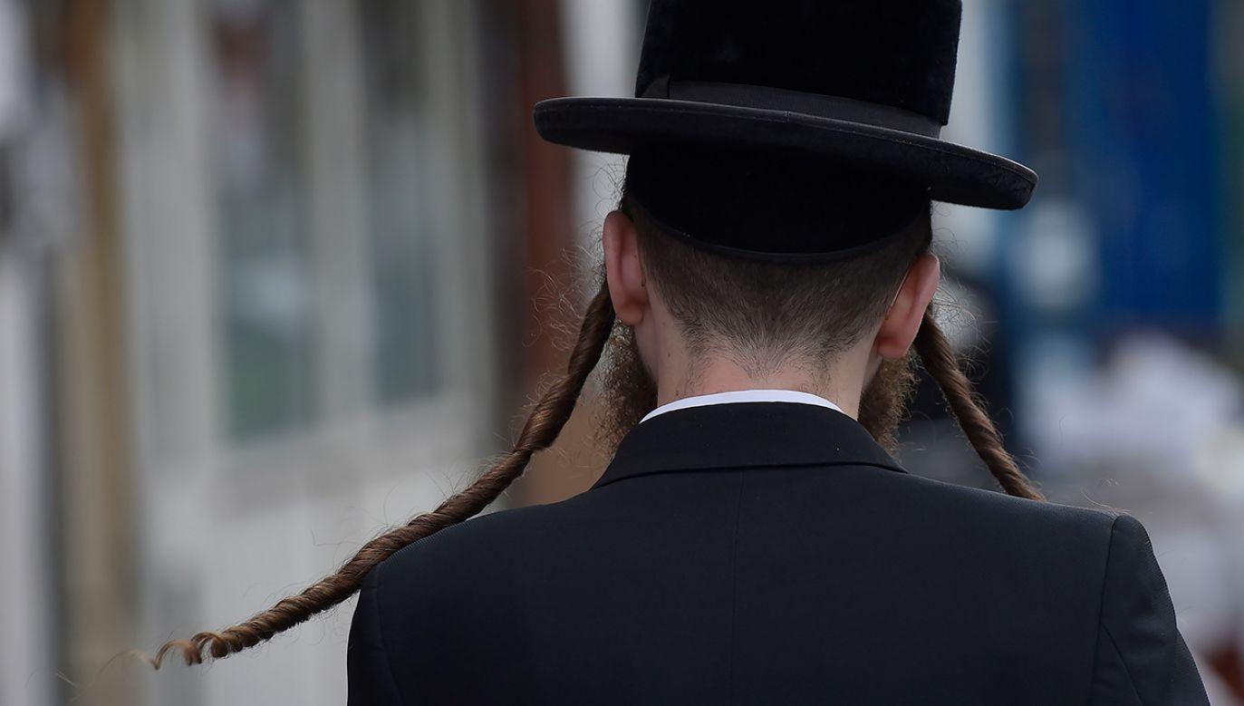 Ortodoksyjny Żyd na ulicy Stamford Hill w północnym Londynie (fot. REUTERS/Hannah McKay)