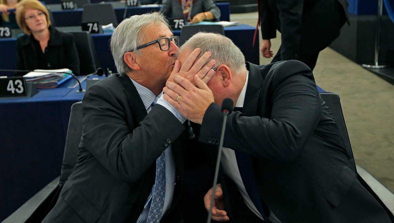 """Jean-Claude Juncker tłumaczy, że dorastał """"z wieloma Włochami, którzy często się obejmują i całują"""" (fot. REUTERS/Vincent Kessler)"""