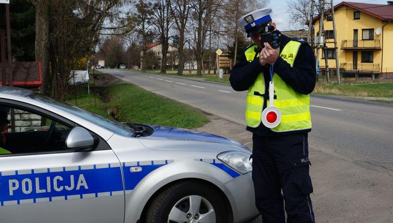 Policjanci postanowili przypomnieć mężczyźnie o obowiązku jazdy w kasku (fot. cieszyn.policja.pl)