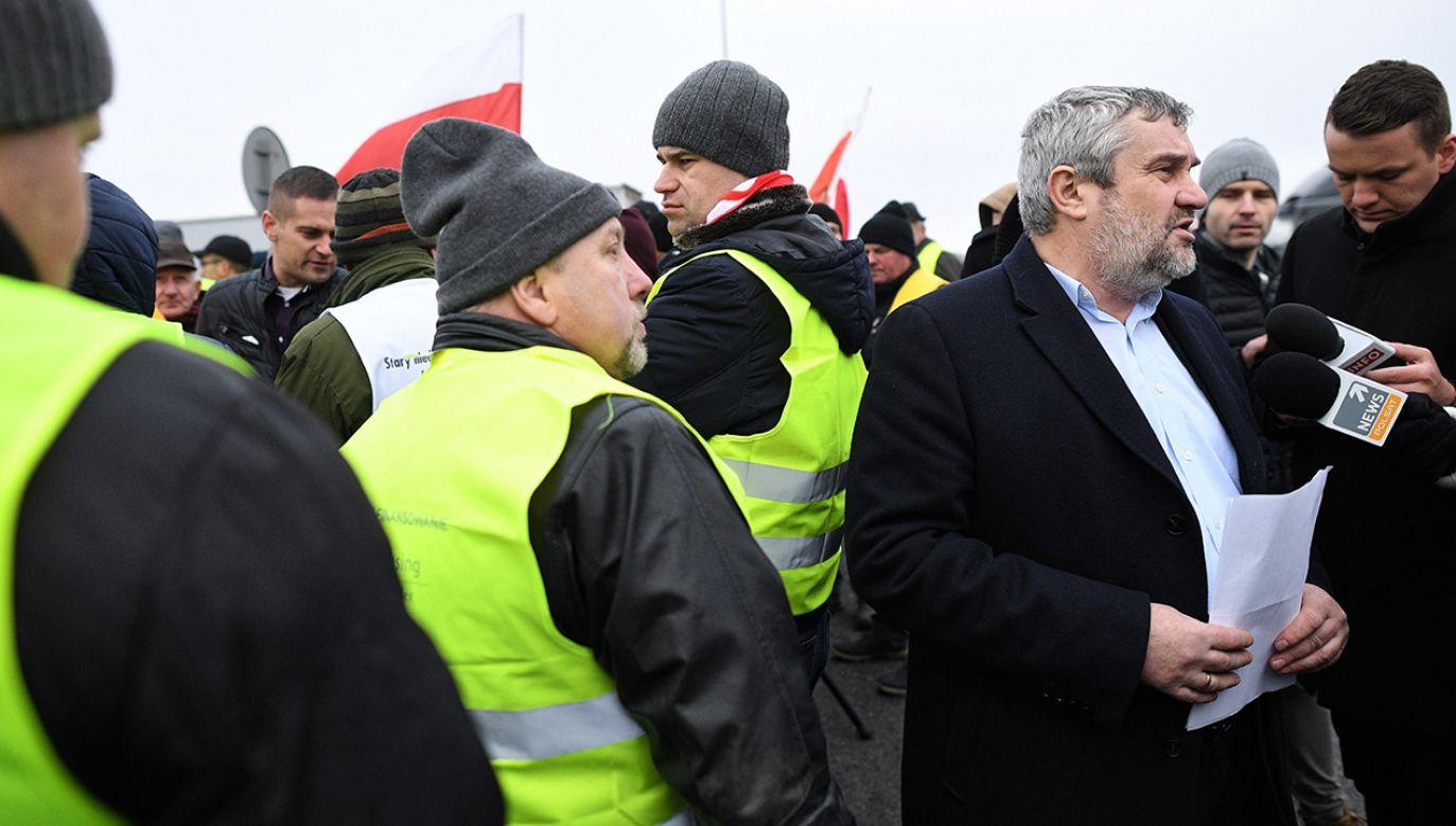 Minister rolnictwa Jan Krzysztof Ardanowski rozmawia dziennikarzami na miejscu protestu (fot. PAP/Jacek Turczyk)