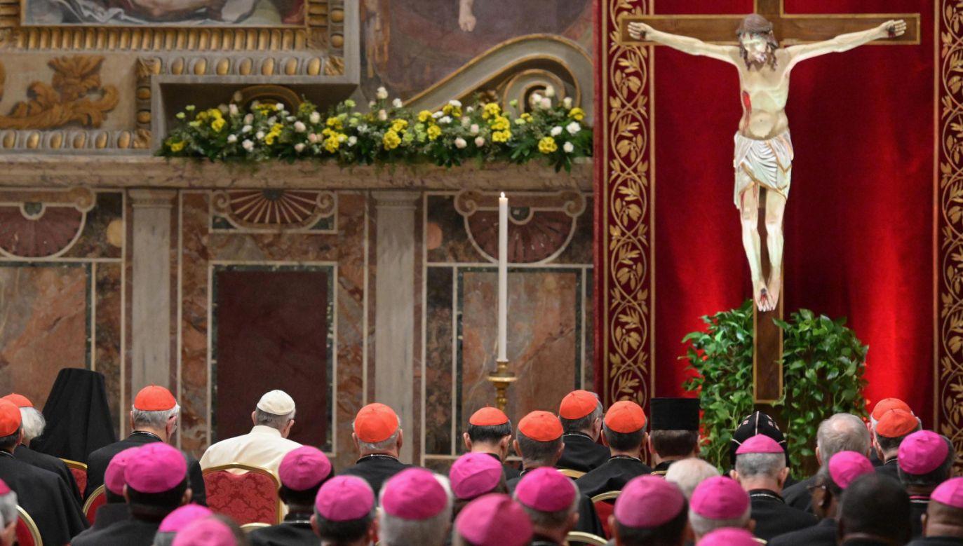 Papież Franciszek i biskupi podczas liturgii pokutnej odprawionej w Sala Regia Pałacu Apostolskiego (fot. PAP/EPA/VINCENZO PINTO)