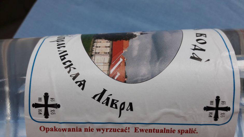 """Woda święcona w plastikowej butelce wraz z """"przepisem"""" na jej utylizację, fot. Piotr B."""