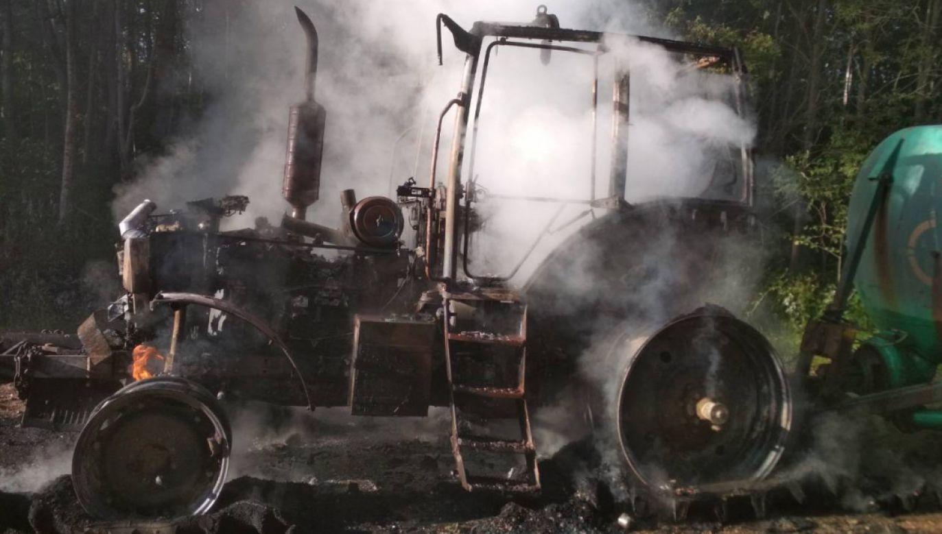Maszyna zapaliła się prawdopodobnie dlatego, że pijany kierowca nie odblokował hamulca ręcznego. (fot. uvd.vitebsk.gov.by)