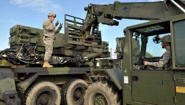 Żołnierze armii amerykańskiej uzbrajają wyrzutnie w ćwiczebne rakiety Patriot na poligonie w Ustce (fot. arch. PAP/Adam Warżawa)