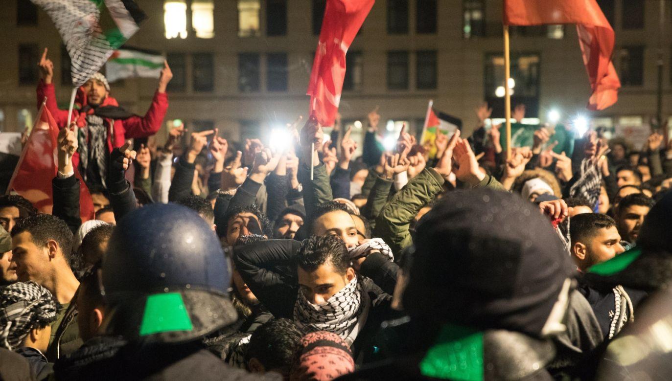 Protestujący spalili flagę z gwiazdą Dawida (fot. PAP/EPA/HAYOUNG JEON)