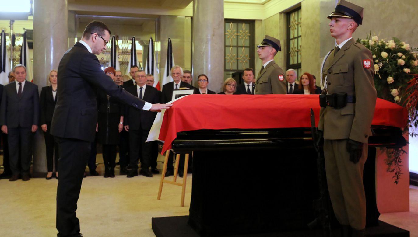 Trumna z ciałem b. premiera Jana Olszewskiego wystawiona w KPRM (fot. PAP/Paweł Supernak)